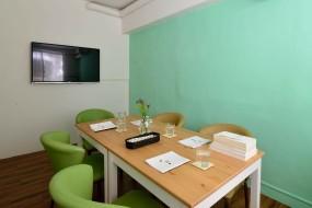 小會議室,適合人較少的隱密性聚會,有電視可外接電腦使用。